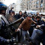 """În Franța bastoanele jandarmilor aduc bucurie, sunt """"democratice""""!"""